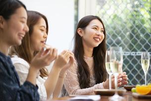 ホームパーティをしている女性たちの写真素材 [FYI02664766]