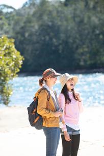 川辺に立っている女性2人の写真素材 [FYI02664771]