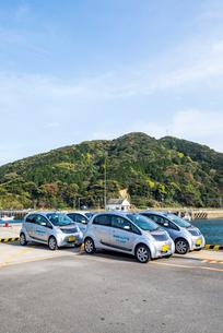 港に停車する電気自動車のレンタカーの写真素材 [FYI02664778]
