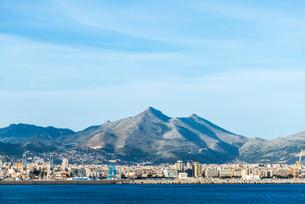 シチリア島山並みとパレルモの市街地を望むの写真素材 [FYI02664779]