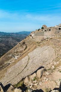 急斜面に造られた古代ペルガモン遺跡大劇場の写真素材 [FYI02664792]