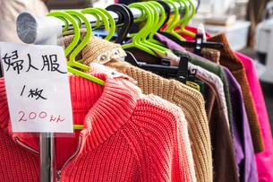 フリーマーケットのラックにかかる衣料品の写真素材 [FYI02664796]