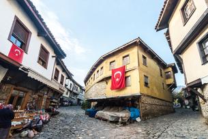 ジュマルクズックの石畳路地のある伝統的古い町並みの写真素材 [FYI02664800]