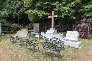 乙女峠マリア聖堂の受難と復活の赤い十字架の写真素材 [FYI02664812]
