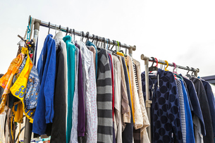 フリーマーケットのラックにかかる衣料品の写真素材 [FYI02664823]