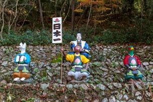 桃太郎神社の桃太郎・イヌ・サル・キジの像の写真素材 [FYI02664830]