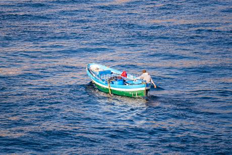 海面に見る1艘の釣り船の写真素材 [FYI02664868]