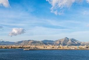 雲靡く青空の下シチリア島山並みとパレルモの市街地を望むの写真素材 [FYI02664889]