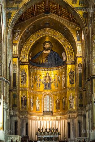 モンレアーレ大聖堂『全知全能の神キリスト』が描かれた内部祭壇風景の写真素材 [FYI02664896]