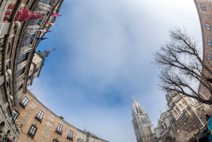 トレド大聖堂とアルソビスパル宮殿市庁舎越しに空を見上げるの写真素材 [FYI02664897]