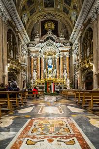 カラフルな大理石床を見るジェズ・ヌオーヴォ教会の豪華絢爛な主祭壇の写真素材 [FYI02664902]