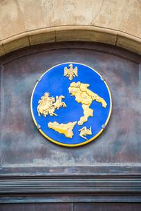 シチリアとパレルモのシンボルトリナクリアと鷲が描かれたマークプレートの写真素材 [FYI02664935]