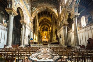 モンレアーレ大聖堂主祭壇を正面に見る内部風景の写真素材 [FYI02664936]