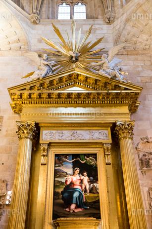 マリア,キリスト,ヨゼフを描いた聖家族の絵が飾られた聖ヨゼフ礼拝堂の写真素材 [FYI02664974]