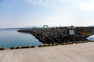 相島の港とテトラポットの写真素材 [FYI02665007]