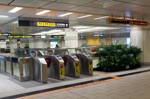 台北 地下鉄(MRT)の改札口の写真素材 [FYI02665031]