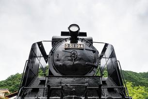 JR津和野駅駐車場に静態保存されている蒸気機関車D51の写真素材 [FYI02665033]