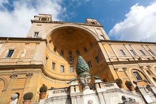 バチカン美術館、ピーニャの中庭のピーニャのブロンズ像の写真素材 [FYI02665039]