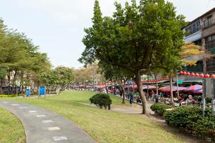 台北 民生西路の線形公園の写真素材 [FYI02665040]