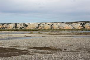 アラスカ 北極圏の湿地帯(WETLAND)を流れる川の川原の写真素材 [FYI02665058]