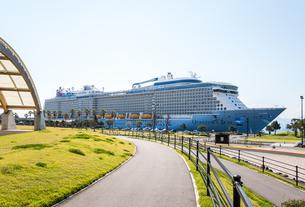 大型観光船が停泊中のマリンポートかごしまの写真素材 [FYI02665063]