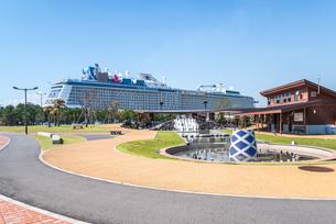大型観光船が停泊中のマリンポートかごしまの写真素材 [FYI02665081]