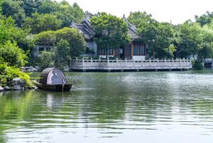 池に浮かぶ小さな船に西施の人形を見る西施庄風景の写真素材 [FYI02665101]