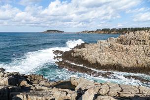 遠くに雄島を見る東尋坊風景の写真素材 [FYI02665123]