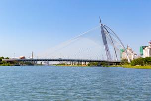 船から望むスリ・ワワサン橋の写真素材 [FYI02665173]