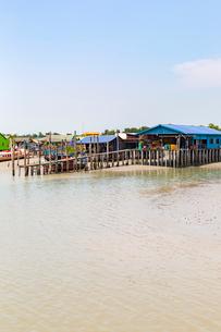 水上集落,クタム島(カニの島)の橋桁の写真素材 [FYI02665187]