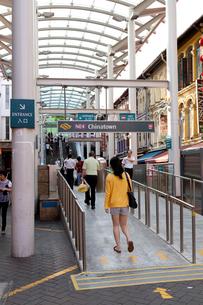 チャイナタウン MRTチャイナタウン駅への入り口の写真素材 [FYI02665192]