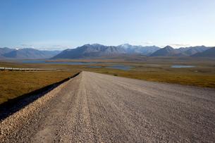 アラスカ 北極圏の道とブルックス山脈の写真素材 [FYI02665228]