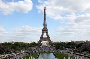 シャイヨ宮から望むエッフェル塔の写真素材 [FYI02665246]