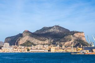 山を背景に見るパレルモ港の写真素材 [FYI02665252]