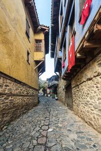 ジュマルクズックの石畳路地のある伝統的古い町並みの写真素材 [FYI02665293]