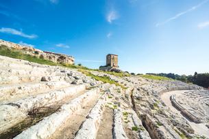 ギリシャ劇場階段状客席の上に小さな建物を見る風景の写真素材 [FYI02665299]