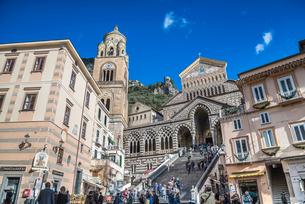 観光客で賑わうアマルフィ大聖堂前風景の写真素材 [FYI02665307]