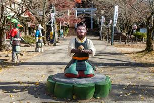 桃太郎神社サルの像越しに見る参道の写真素材 [FYI02665357]