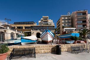 マルタ共和国スピノラ湾沿いのベンチの写真素材 [FYI02665365]