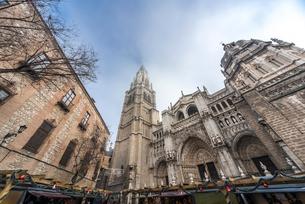 トレド大聖堂とアルソビスパル宮殿の写真素材 [FYI02665377]