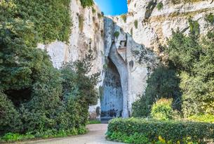 ネアポリス考古学公園ディオニュシオスの耳入り口風景の写真素材 [FYI02665378]