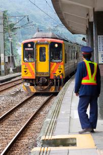 台湾、三貂嶺駅に入るDR1000型気動車の写真素材 [FYI02665389]