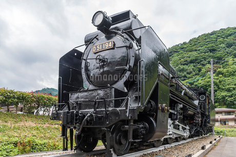 JR津和野駅駐車場に静態保存されている蒸気機関車D51の写真素材 [FYI02665395]