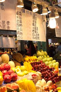 台北・士林夜市 美食区のカットフルーツの写真素材 [FYI02665397]