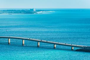 伊良部大橋越しに宮古島と来間大橋を望むの写真素材 [FYI02665402]