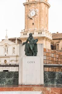 ラ・セオを背景に見るゴヤの銅像の写真素材 [FYI02665434]