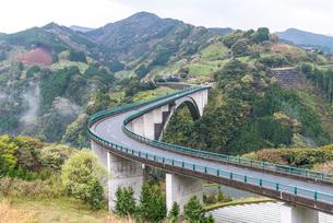コンクリートアーチ橋として日本一の長さと高さを誇る天翔大橋の写真素材 [FYI02665443]