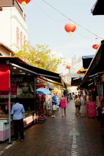 チャイナタウン トレンガヌ・ストリートのショッピング風景の写真素材 [FYI02665451]