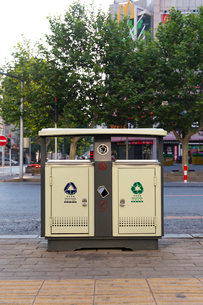 大連市,街のゴミ箱と灰皿の写真素材 [FYI02665453]