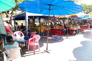 バンコク ターチャン市場の日よけのパラソルの写真素材 [FYI02665454]